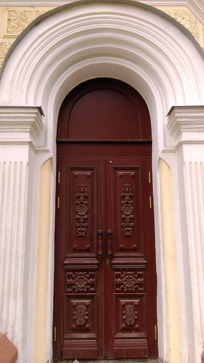 Двери главного входа Дома Лебедева.