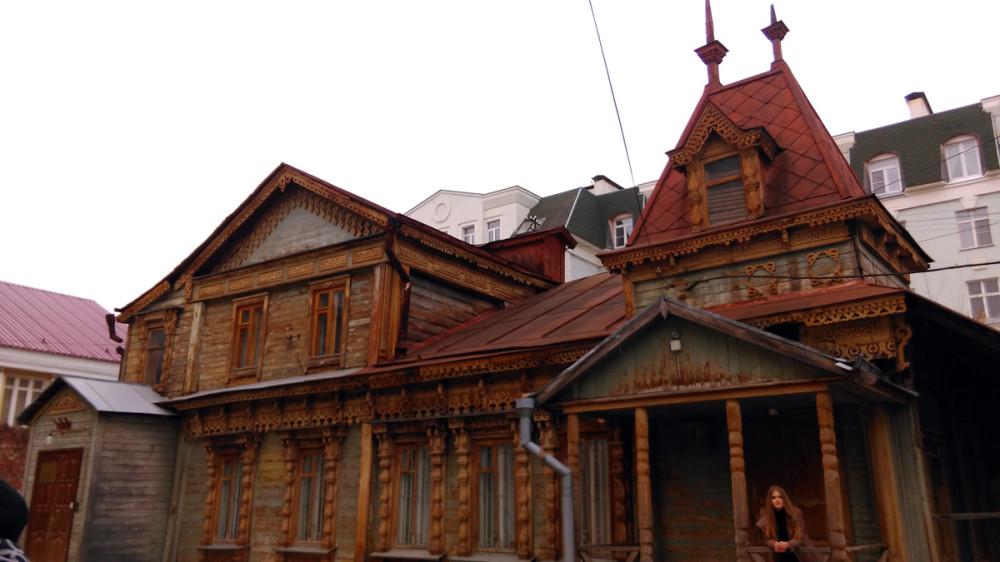 Один из лучших в Рязани примеров небольшого деревянного дома в русском стиле с асимметричной объемной композицией и выразительным резным декором главного фасада.