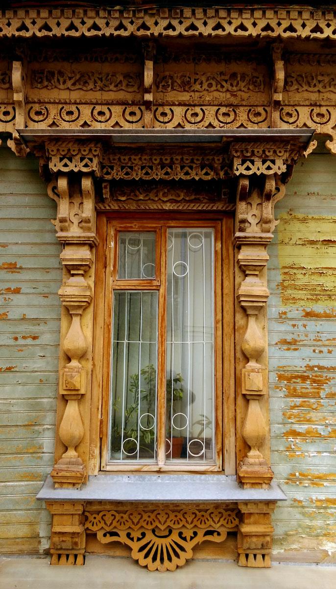 Окна с красивыми резными наличниками в отличном состоянии.