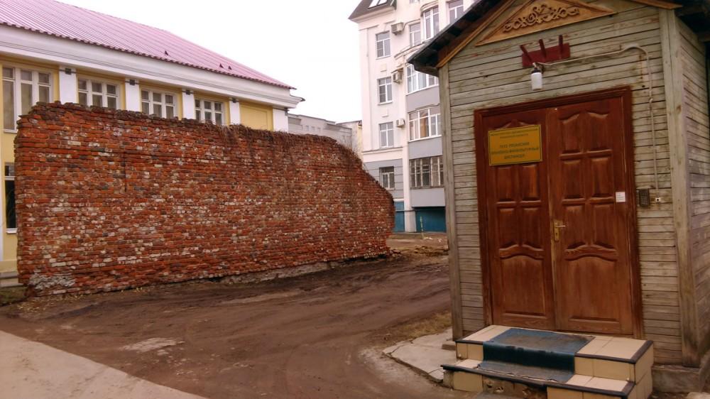 """Слева """"Стена Плача"""". Не знаю, что это было изначально. Возможно, остатки какого-то строения или противопожарная стена..."""