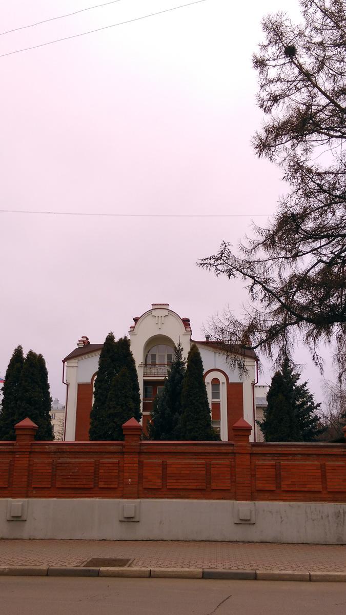 За ней симпатичный современный особнячок. Это Резиденция губернатора Рязанской области. И по московской моде тротуар выложен плиткой. Но только вдоль ограды резиденции, а дальше по всей улице асфальт.