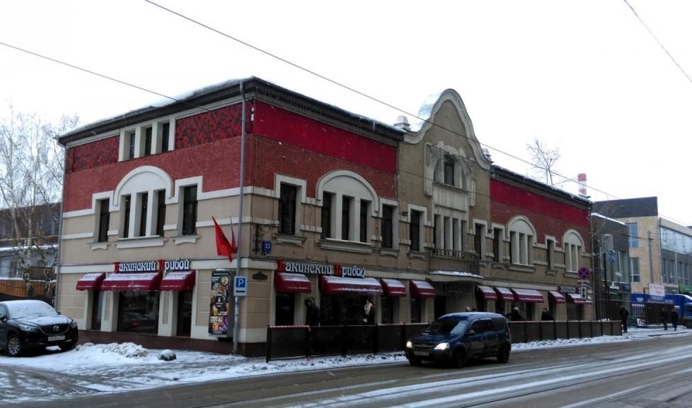 А уже во времена Лужкова здание реконструировали, сделали более ярким, но тоже в стиле модерн. И с тех пор в особняке расположен ресторан. Названия ресторана меняются время от времени, а отделка фасада потихоньку стареет...