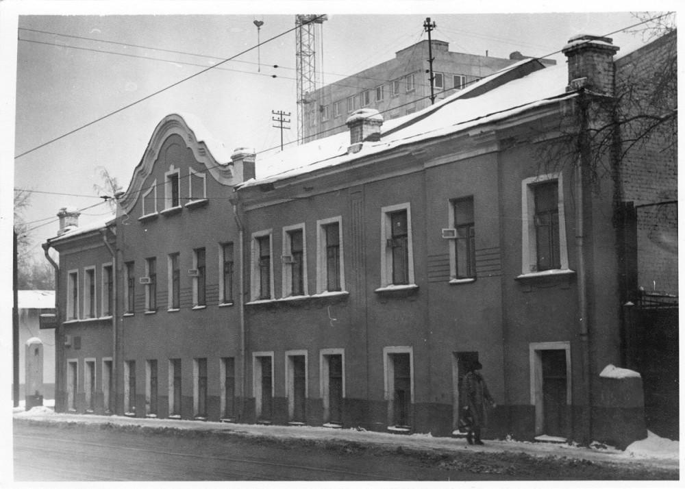 Особняк построен в 1880 году, но самое раннее его фото, что я нашел ( на сайте pastvu.com ), сделано в 1987-89гг. Видно, что фасад оформлен в стиле модерн, но достаточно строго выглядит. Разумеется, судя по дате постройки, под модерн фасад был переделан позже, в начале прошлого века.