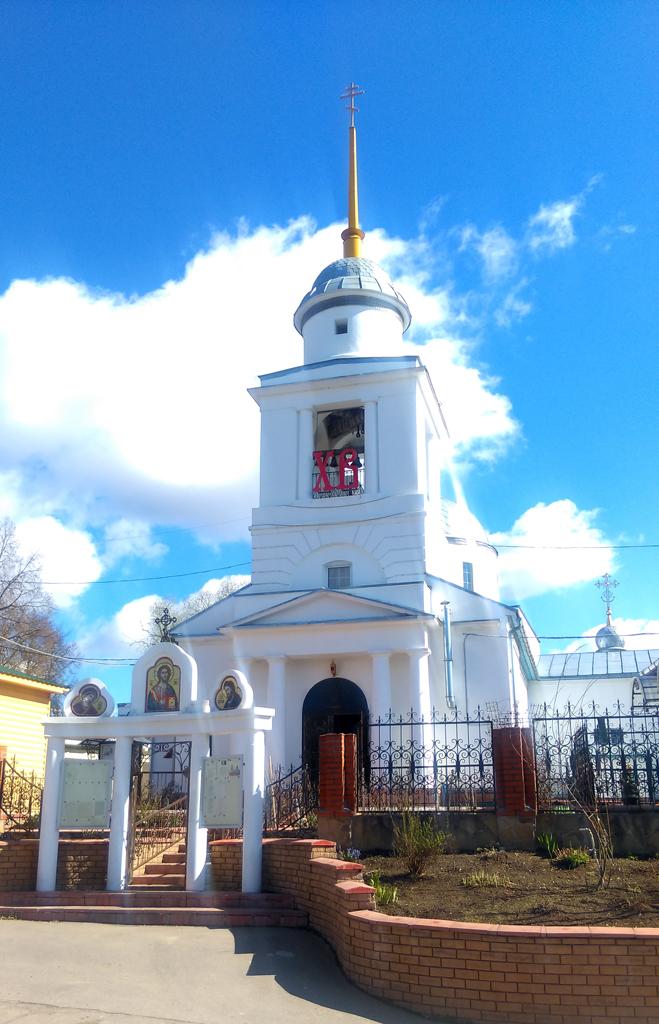 Расположенная рядом Церковь Смоленской иконы Божией Матери, 1670 г. Закрыта в 1930 г. Вновь действует с 2002 г.