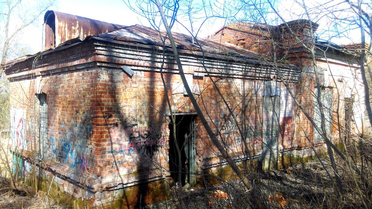 А рядом заброшенная старинная насосная станция 1900 г постройки.