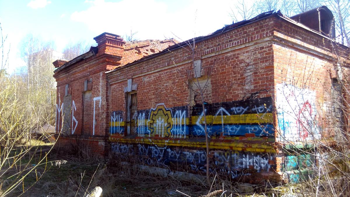 Водонапорная башня на ЖД станции Домодедово, к сожалению, уже снесена. А насосная станция поставлявшая ей воду заброшена и медленно разрушается. А ведь, это одно из немногих сохранившихся исторических сооружений города.