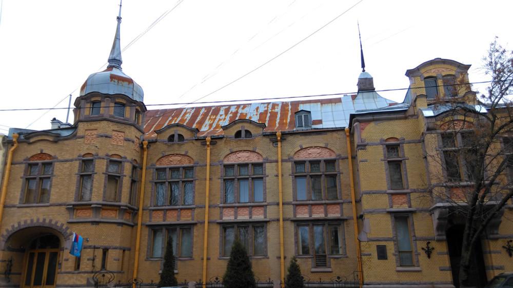 В июне 1900 года был утвержден проект здания. Заказчиком проекта выступил Павел Форостовский, купец первой гильдии, владелец транспортно-экспедиторской фирмы, которая специализировалась на поставке товаров из Финляндии.