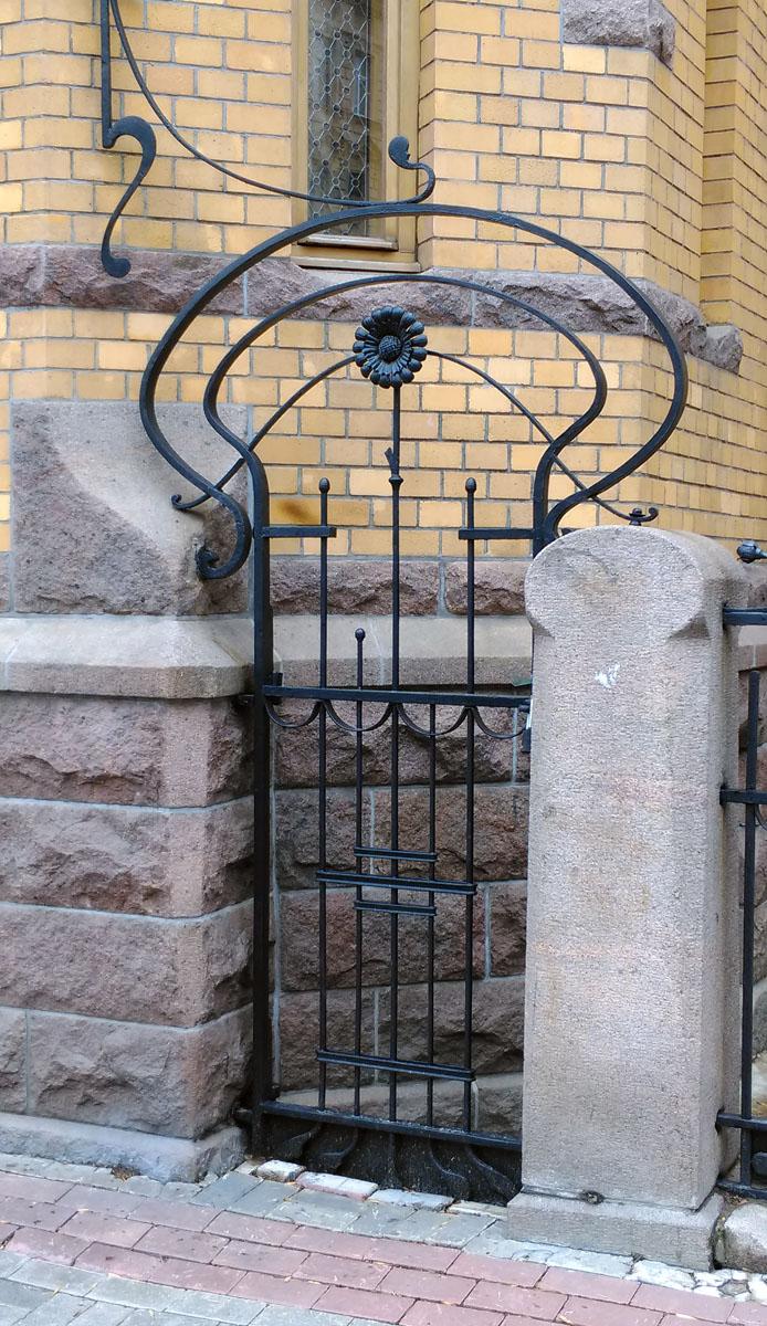 В рисунке ограды, ворот, флагодержателей более явно проявляются характерные для модерна изогнутые, ломаные линии.