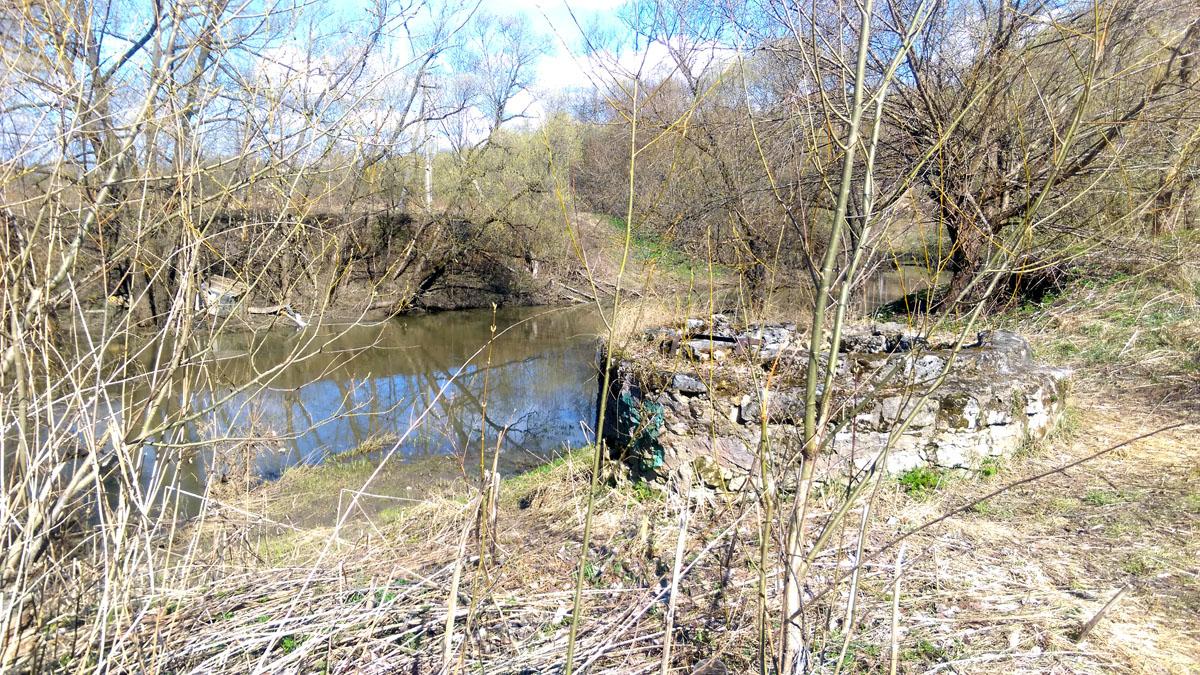 На берегу вид сохранились остатки колодца станции.