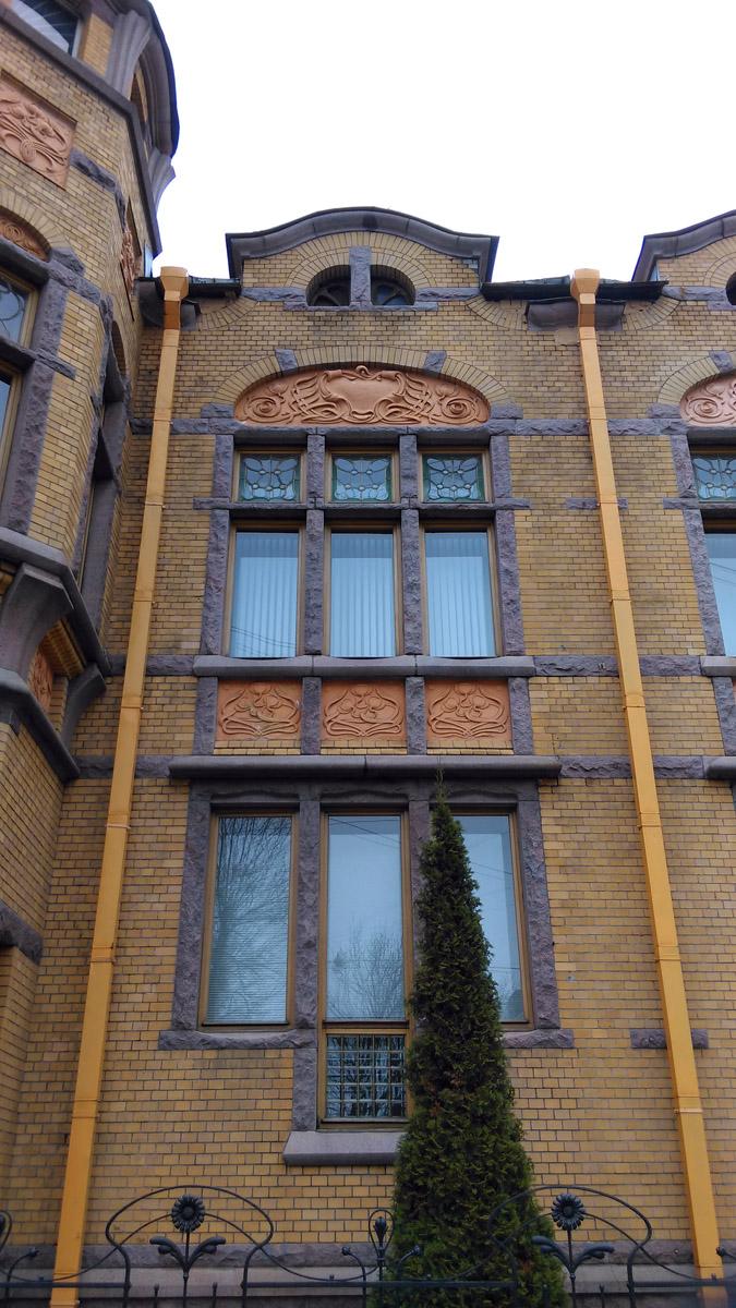 Расстекловка окон и растительные панно из искусственного камня...