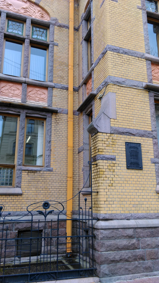 Под окнами небольшой палисадник за изящной кованной оградой.