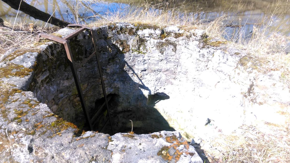 Сохранилась даже металлическая лестница. Но дно полностью завалено мусором.