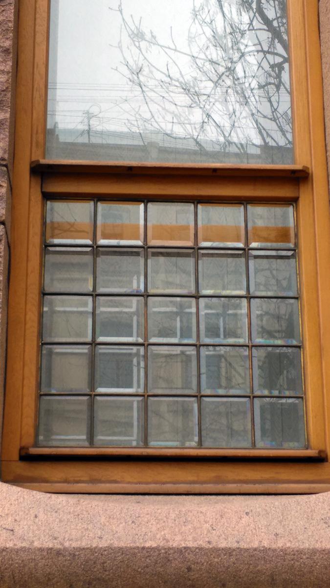 Расстекловка нижний части окон первого этажа.