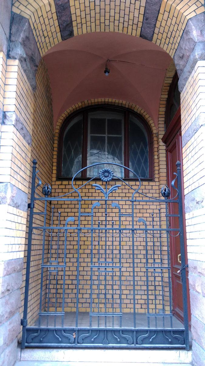 Под эркером ниша-арка с окном и дверью.