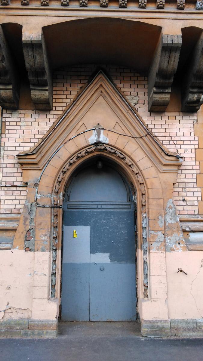 ... а вот, деревянные двери заменили на это железное недоразумение.
