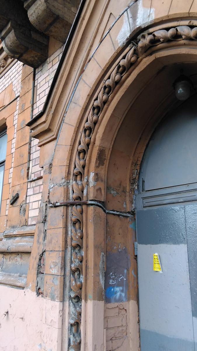 Простая, но стильная лепнина входного портала.