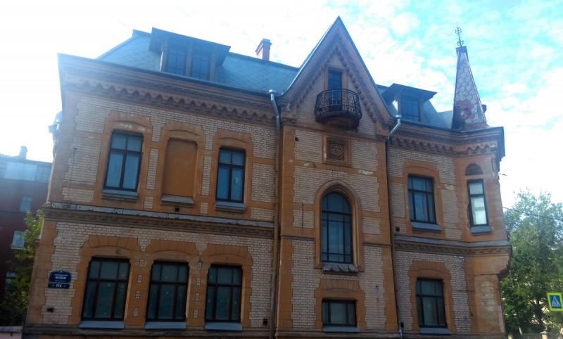 Северный фасад выходит на набережную реки Мойка.
