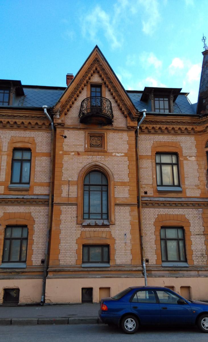 Ризалит с готическим окном и знак над ним, который иногда трактуют как масонский, но это знак Петербургского общества архитекторов, отцом-основателем которого был Шретер.