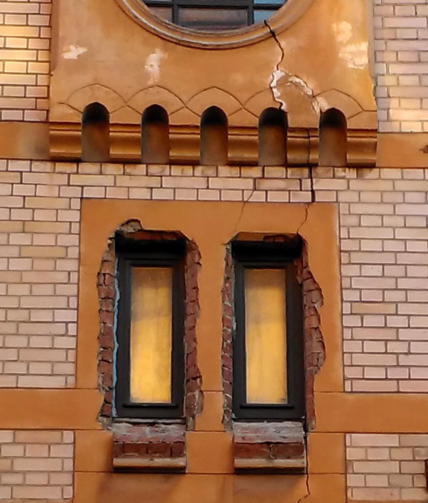 Здесь лучше видно и трещину и варварство строителей. Можно подумать, что новые окна вставили недавно и просто не успели привести фасад в порядок....