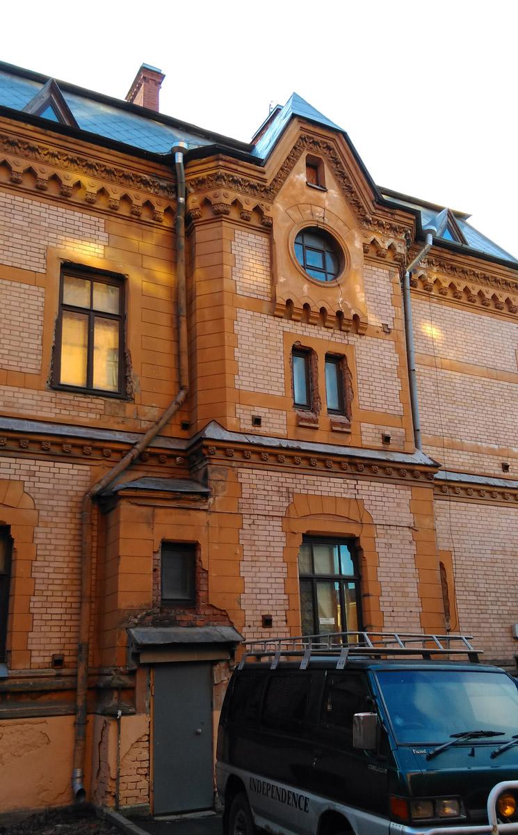 Восточный фасад... Видно, что при замене деревянных рам окон на пластиковые (что само по себе зашквар), строители особо не церемонились... А кроме того через весь ризалит проходит трещина...