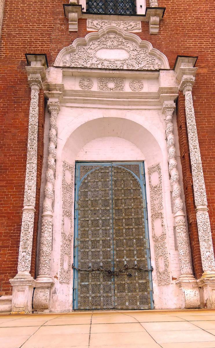 Разумеется, мы посетили Рязанский Кремль. На фото двери Успенского собора