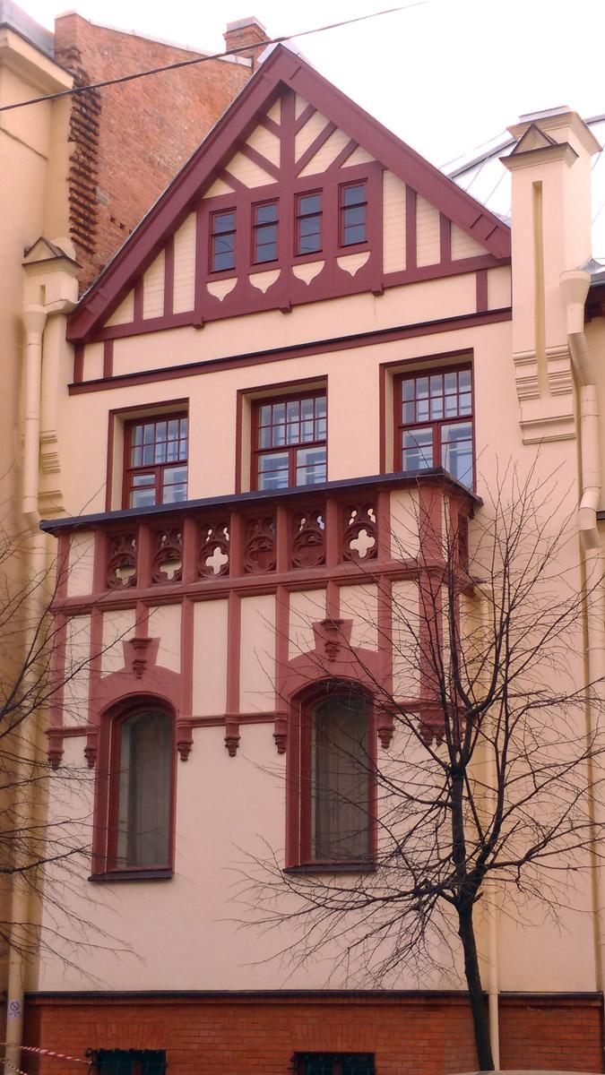 Видимо, из-за недостатка качественных фотографий и рисунка, а может, что бы сэкономить и ускорить процесс реставрации, лепнину над окнами второго этажа делать не стали.