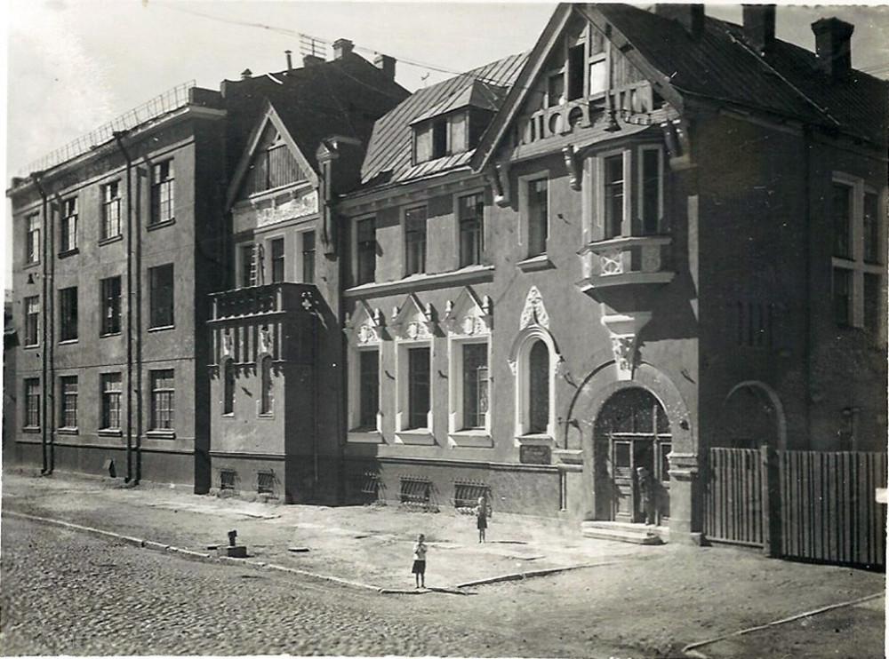 Май - декабрь 1952. Лепнина на левом щипце над балконом еще присутствует. А вот, на северном фасаде над ризалитом уже нет шипца. Его так и не восстановили до сих пор.