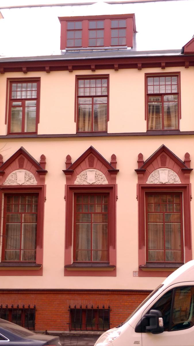 Окна новые, но повторяют первоначальную расстекловку. И как мне показалось, все рамы деревянные, что нынче редкость при реставрации.