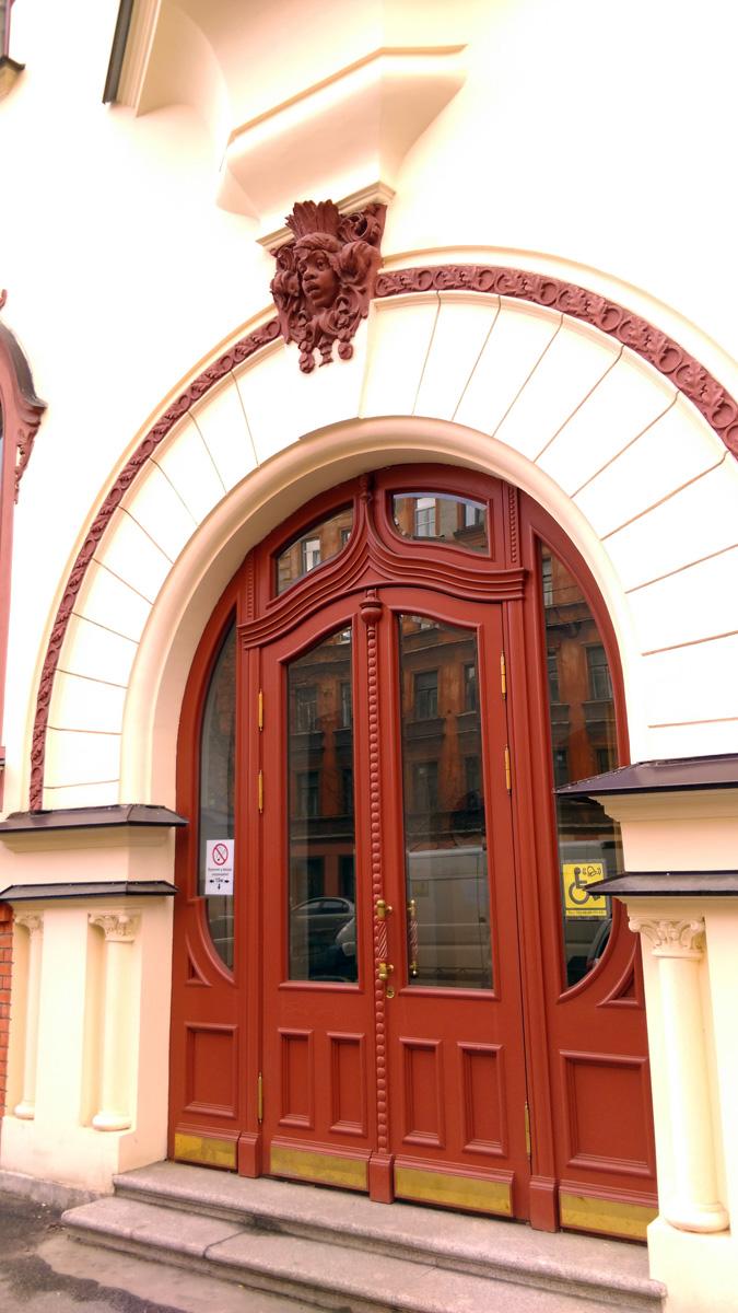Двери, разумеется. тоже новые, но достаточно точно изготовлены по архивным фото.