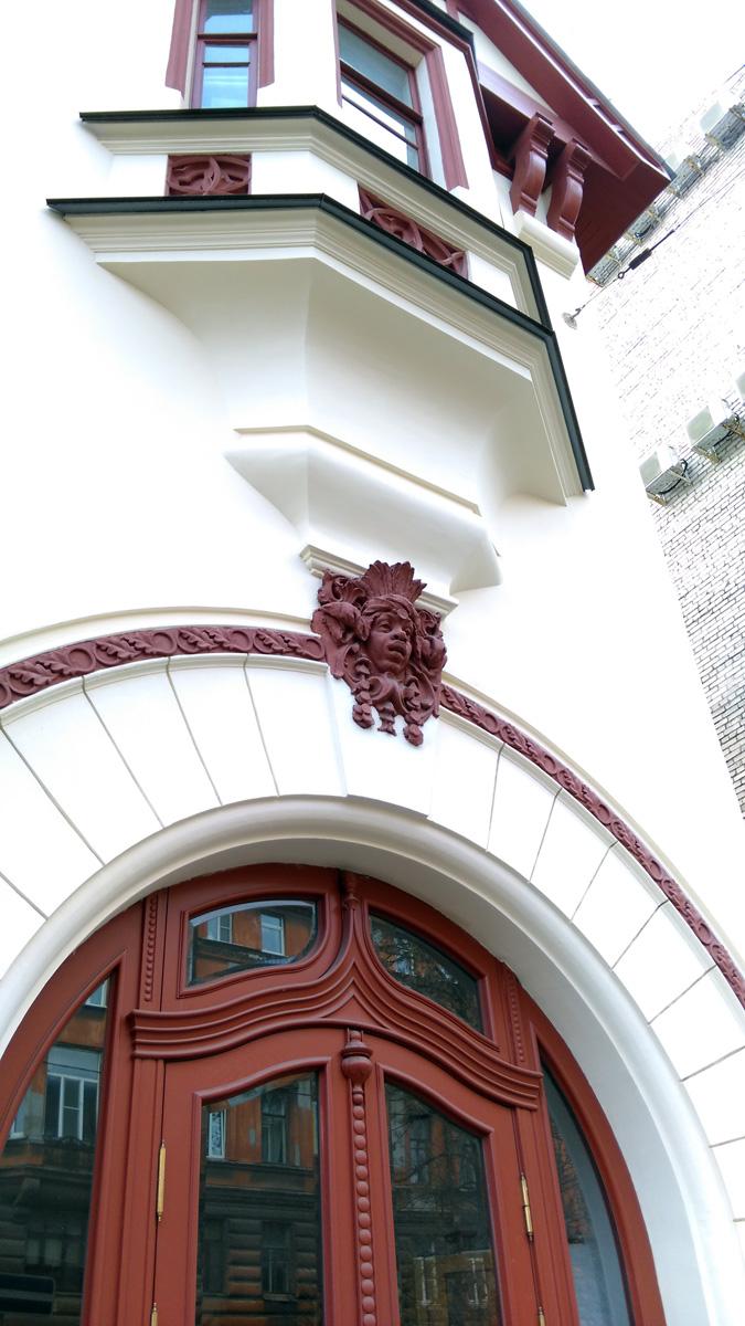 Сверху арка украшена маскароном.