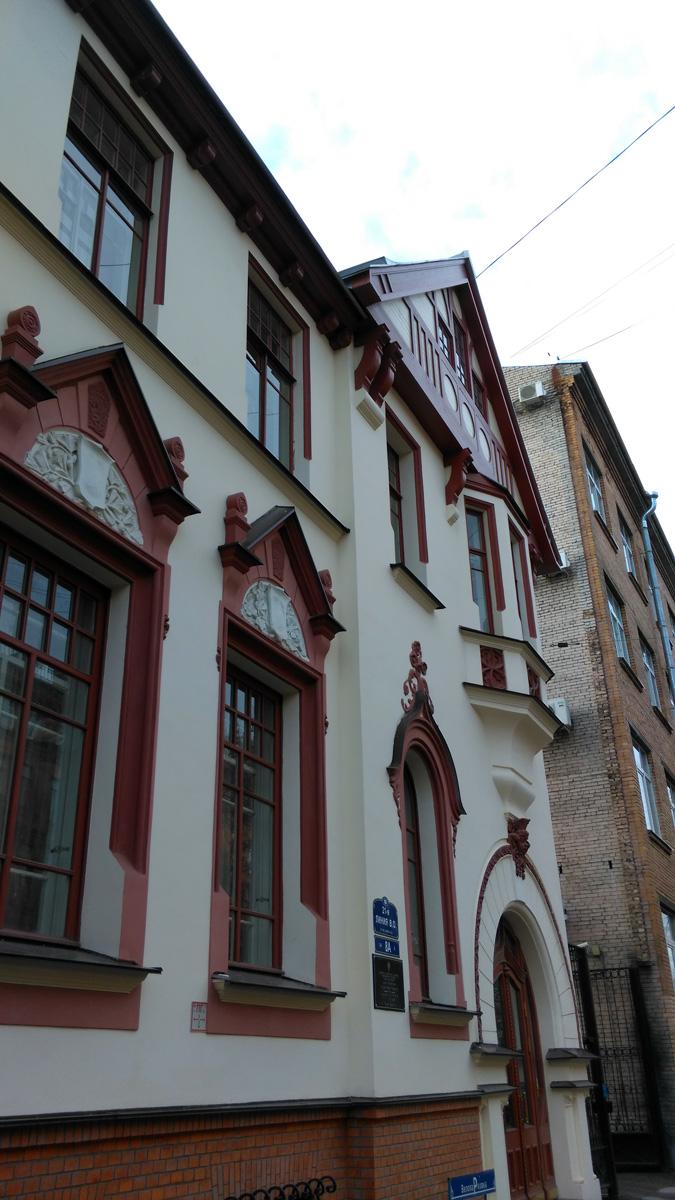 В целом качество отделки при реставрации понравилось. Это и плюс и минус одновременно. Здание выглядит аккуратно и ново. Теряется аура старины...