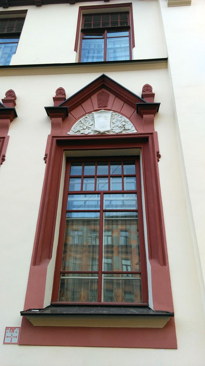 Характерный растительный орнамент в стиле модерн над окном