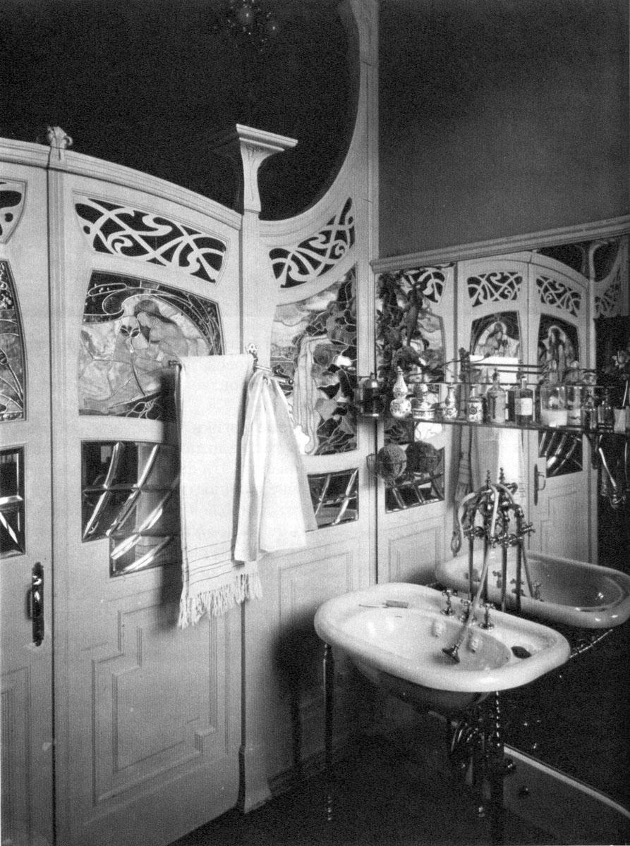 Раковина в ванной комнате и витражи на перегородке.