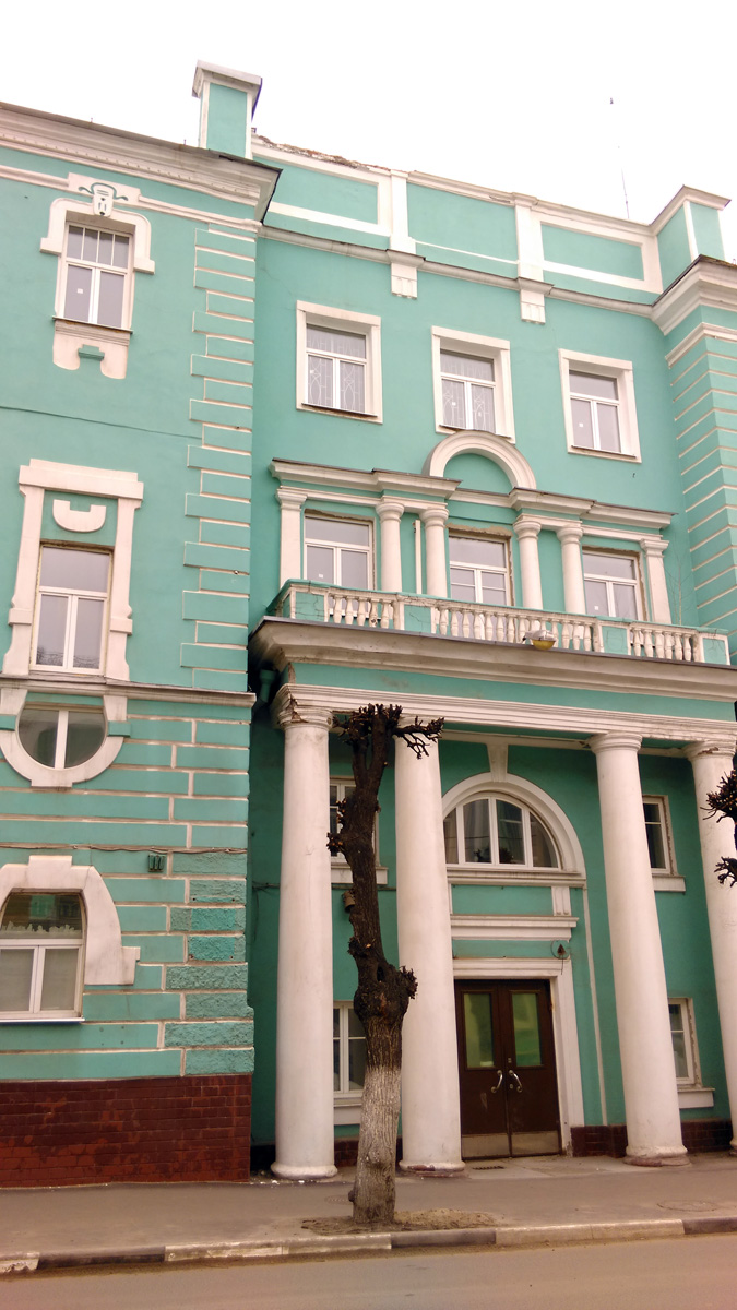 Теперь главный вход здесь в углубленной относительно красной линии пристройке с колоннами и балконом, которая соединяет здание бывшей гостиницы с новым зданием.
