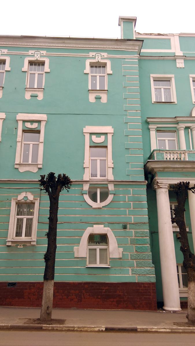 На этом фото можно увидеть сразу почти все виды окон гостиницы.