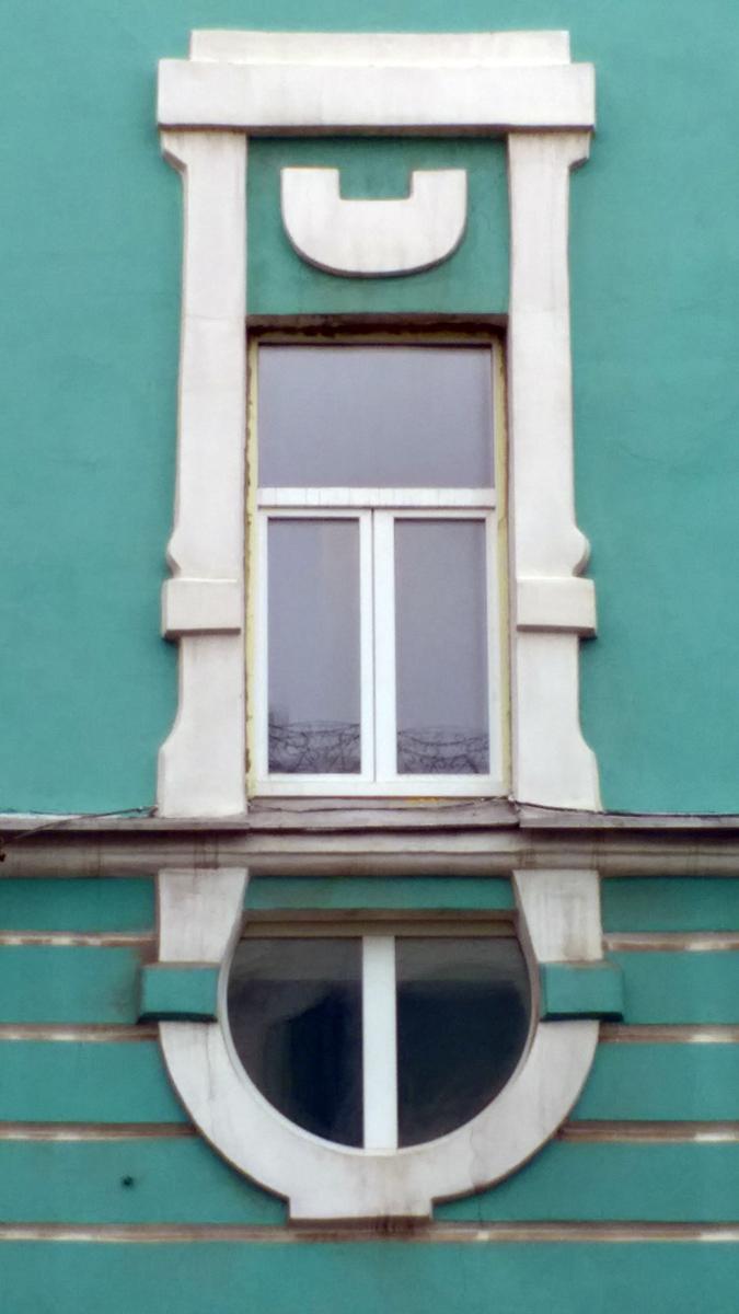 Самое необычное окно здания. Но тот кто его реставрировал, конечно, тот еще зоркий сокол! Это ж надо было так в самой его нижней части промазать!