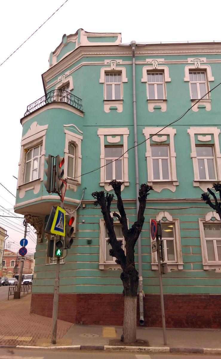 Самая зрелищная часть здания, эркер с балконом и львами...
