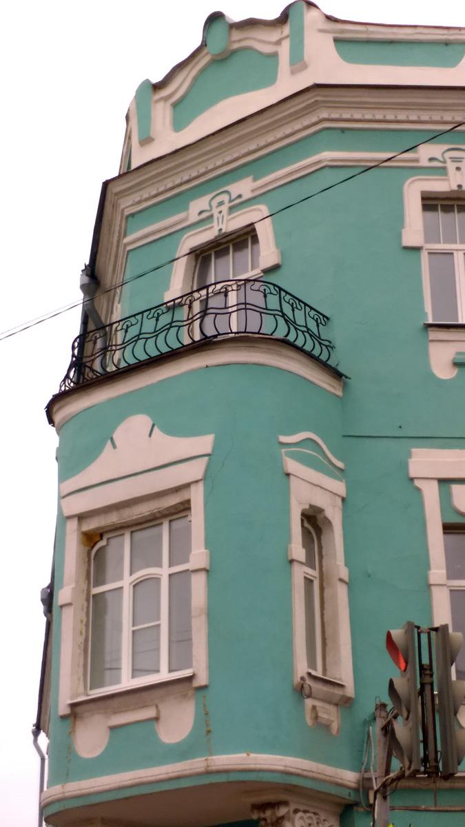 Не могу отделаться от впечатления, что на балконе стоит грустный пёсель)))