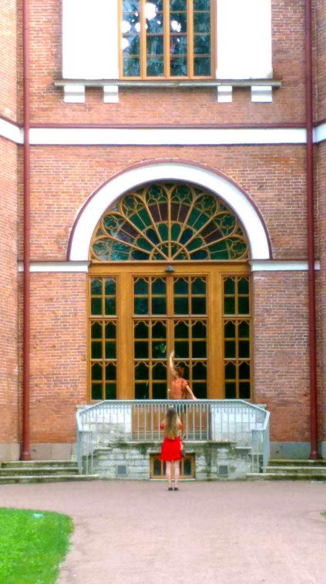Девочки проводят фотосессию на фоне дверей и венецианских окон с витражами.