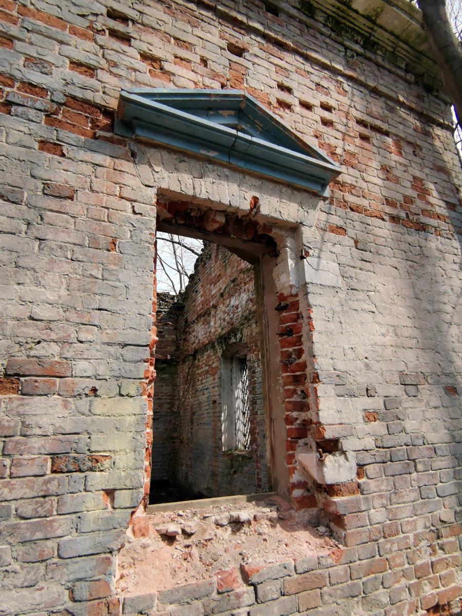 В этом году решетки на двух окнах выломали... Кстати на храме рядом точно такие же решетки...