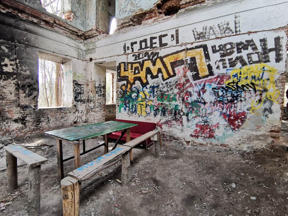 Меблированный зал главного дома усадьбы...
