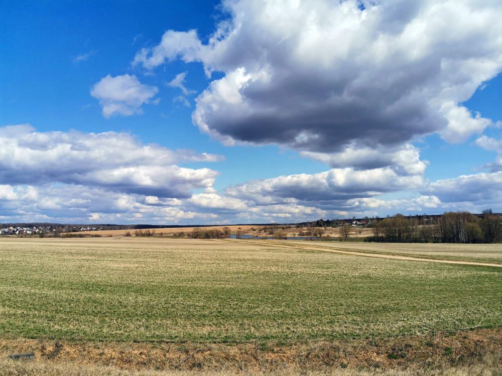 Поле и река Каширка за ним и весеннее небо...
