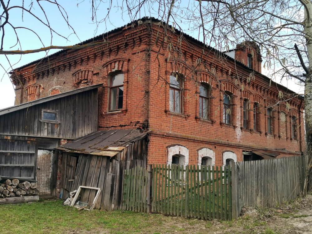 Добротное дореволюционное здание в селе Липитино тоже не изменилось. И если его не захотят снести, простоит еще лет сто, как минимум...