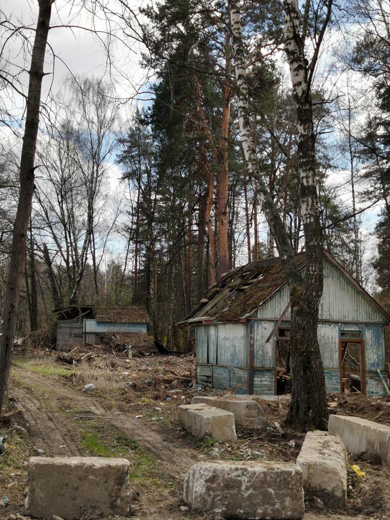 А перед Сотниково руины и почти целые здания Детского оздоровительного лагеря от Октябрьского трамвайного депо.