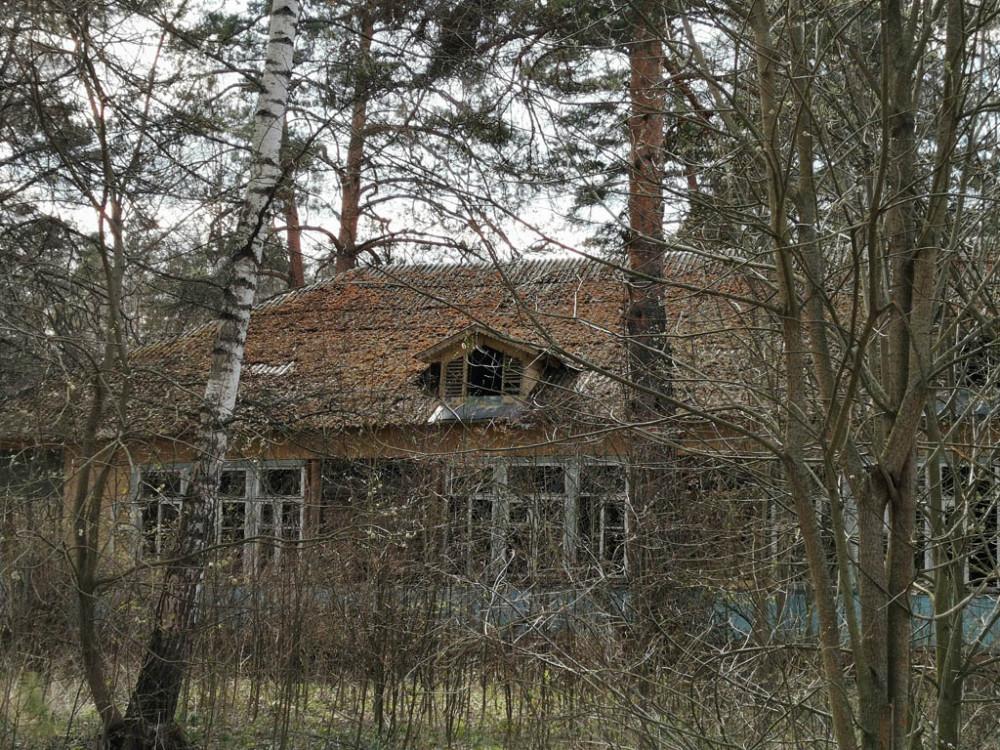 Некоторые дома издалека выглядят вполне целыми...