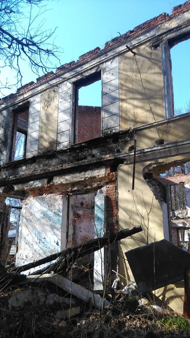 на территории и внутри здания мусор и обломки конструкций дома.