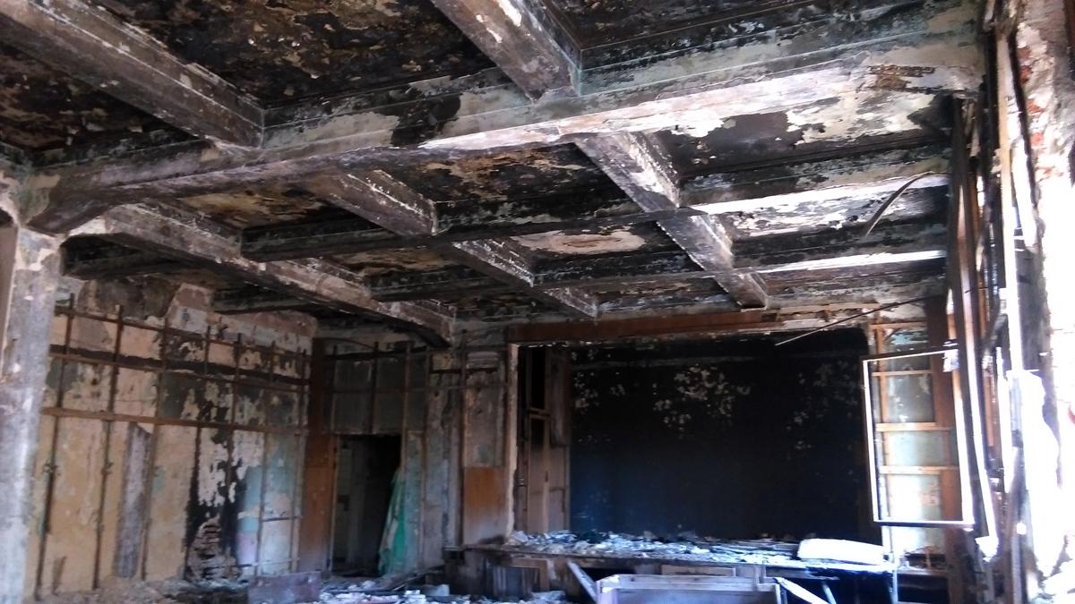 В помещениях копоть и капающая с потолка вода.