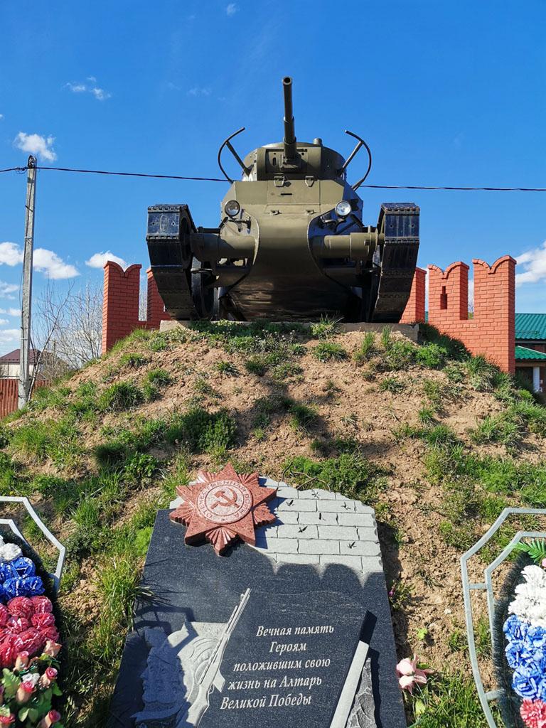 """Поселок с названием Новые Новосёлки... Здесь расположен Мемориал """"Танк БТ-7""""."""