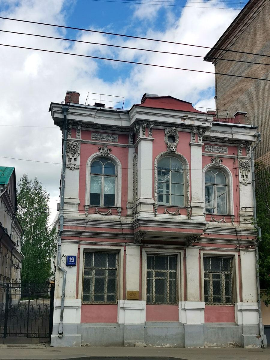 К сожалению не нашел старинных фото здания.