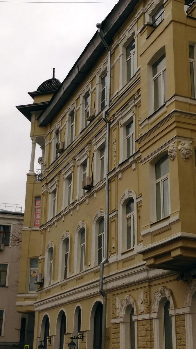 Фасады здания, немного различающиеся по своему декору, украшены изящной лепниной, которой оформлены наличники окон, двери в парадные и проездные арки, а также эркеры и простенки между окон.